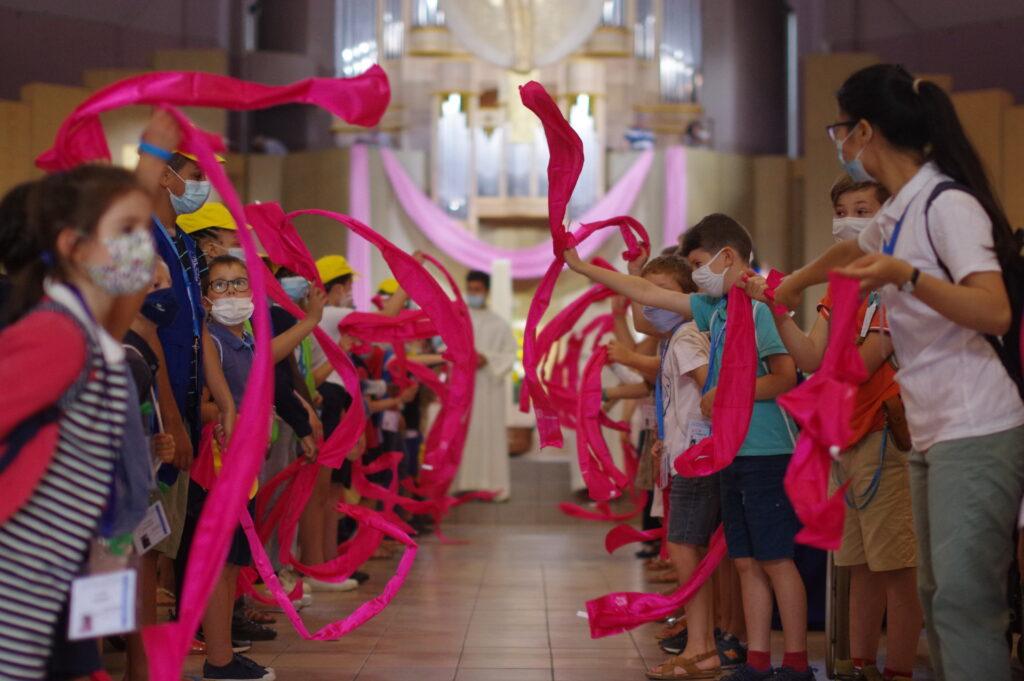l'accueil des enfants lors de la messe d'ouverture